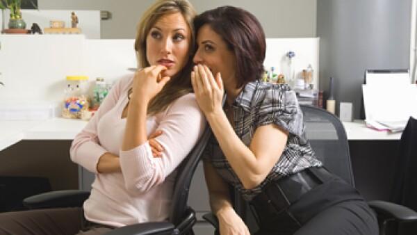 Cuando el chisme se convierte en una cuestión cotidiana, la dinámica laboral se enrarece y la comunicación se atrofia. (Foto: Getty Images)