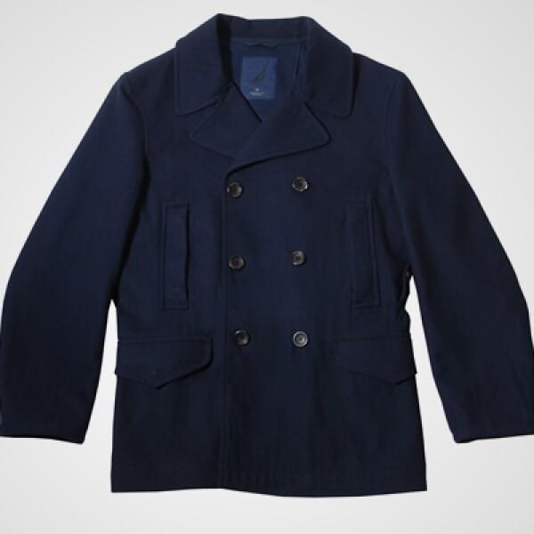 Un abrigo de grandes botones, con el clásico estilo cruzado de la marca, para una protección cálida y elegante, es ideal para combinar con pantalones caqui.
