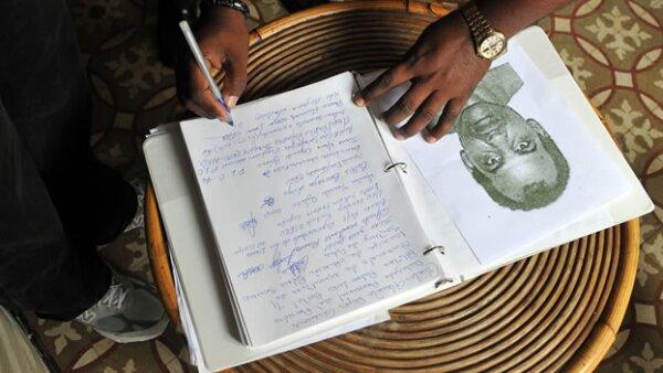 firma en el libro de condolencias por la muerte del disidente cubano orlando zapata