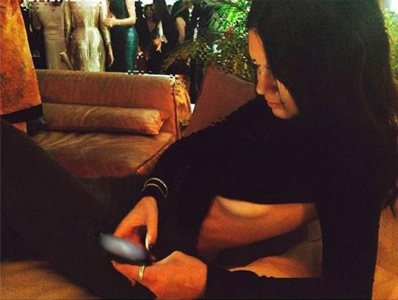 La modelo compartió en Instagram una foto en la que luce un vestido que deja a la vista parte de uno de sus senos mientras descansa en un sillón.