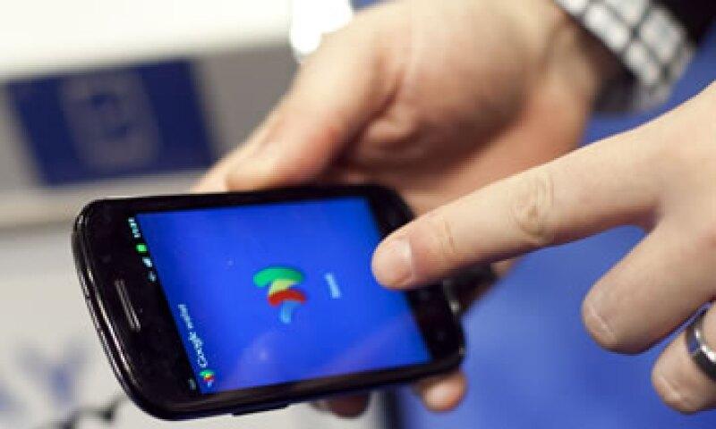 Google busca  restar protagonismo a Apple en su propio dispositivo. (Foto: AP)