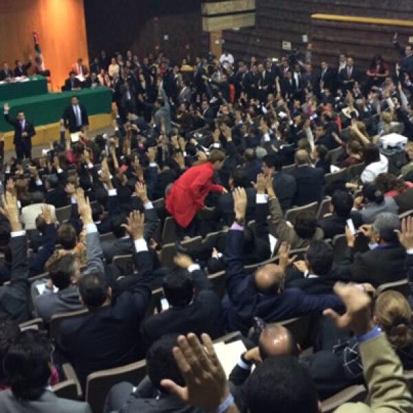 Los diputados aprobaron iniciar el debate de la minuta de reforma energética en una sede alterna, sin discutirla en comisiones.