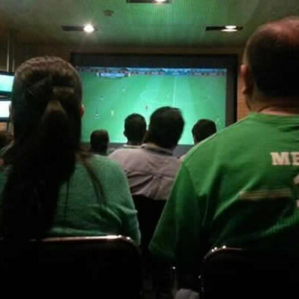 'Apoyando con todo a México'. Con pantallas siguió AWR Ideas el debut del Tri en Natal.