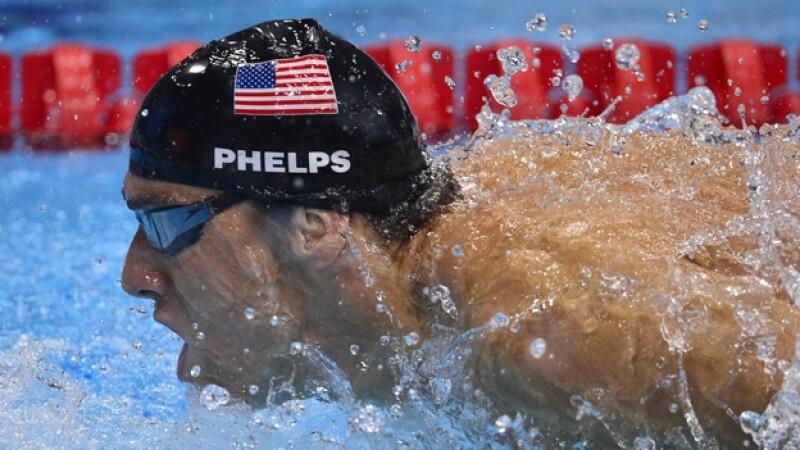 Michael Phelps compite en natacion