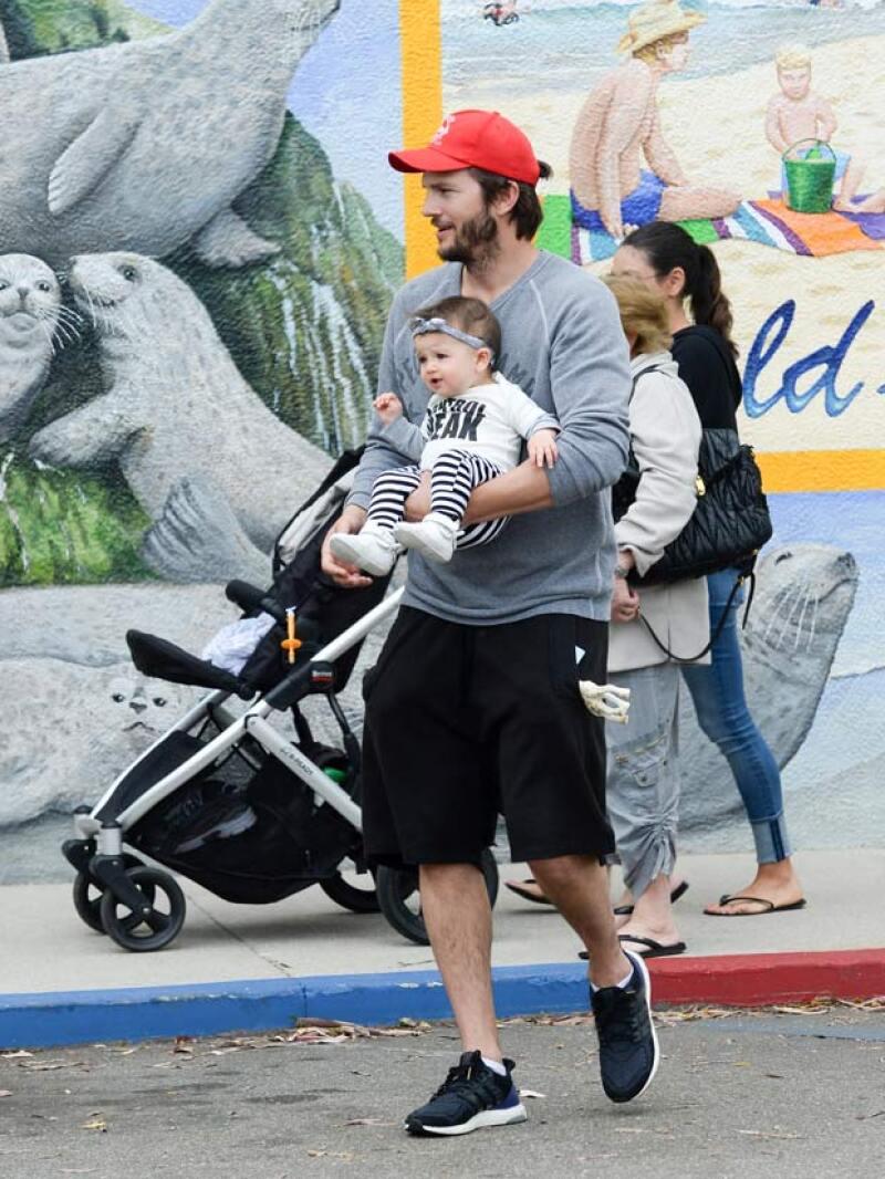 Mientras Ashton cargaba a la bebé, Mila se encargaba de empujar la carreola.