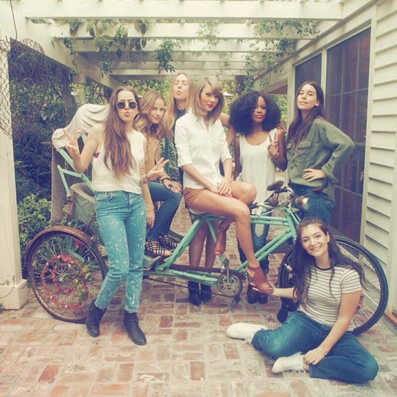 Lorde, Ellie Goulding y otras famosas se reunieron en casa de la cantante, junto con el dj, en una divertida tarde de barbecue.