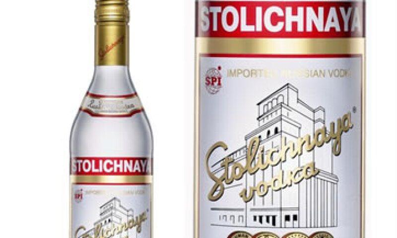 Los bares también suspenderán la adquisición de esa bebida con sus proveedores. (Foto: Tomada de facebook.com/pages/Vodka-Stolichnaya)