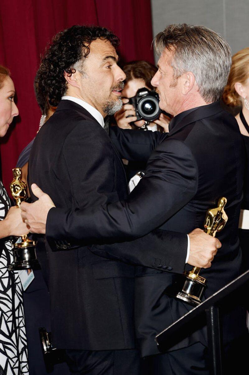 Tanto Sean Penn como Alejandro González Iñárritu lucieron muy amigables en la ceremonia del Oscar.