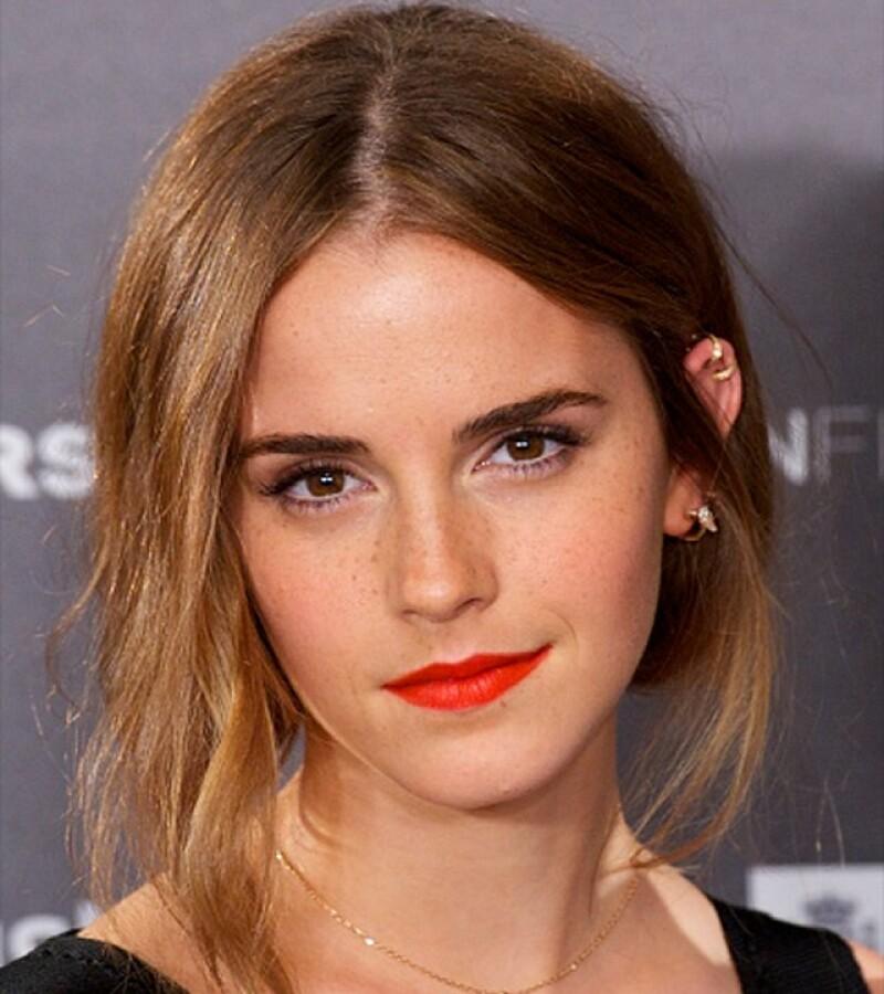 Después de no haber visto a Emma Watson en la alfombra roja por varios meses, nos emocionó verla en el photocall de `Regression´ en Madrid. Llegó el pelo en un messy bun, los ojos con puro rímel y los labios con un rojo intenso.