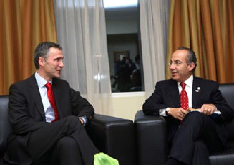 Felipe Calderón y Jens Stoltenberg se reunieron en el marco de la XIX Cumbre Iberoamericana.  (Foto: Notimex)