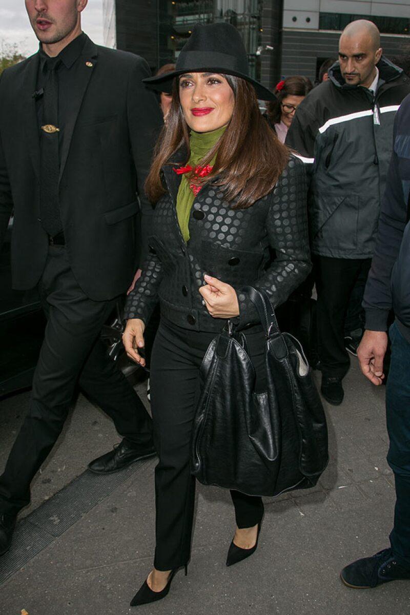 Salma fue captada al día siguiente luciendo muy chic en las calles de París.