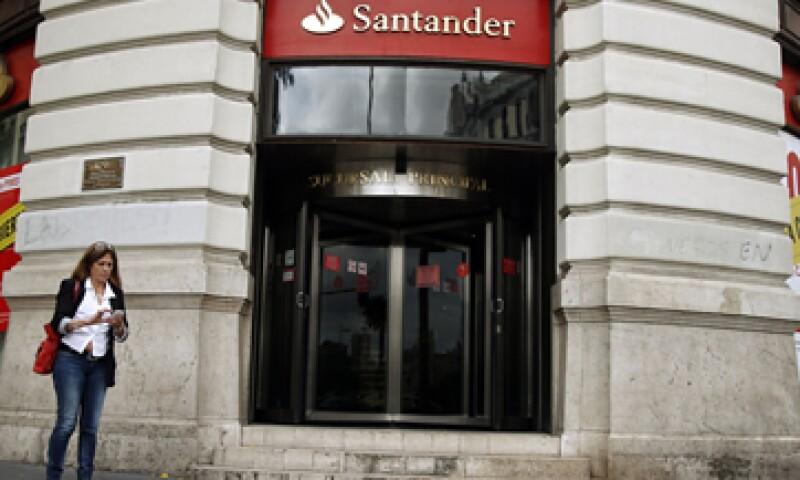 La Condusef advirtió a Santander que habría una multa por 1 millón 247,000 pesos. (Foto: AP)