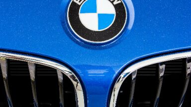 logo de BMW en auto