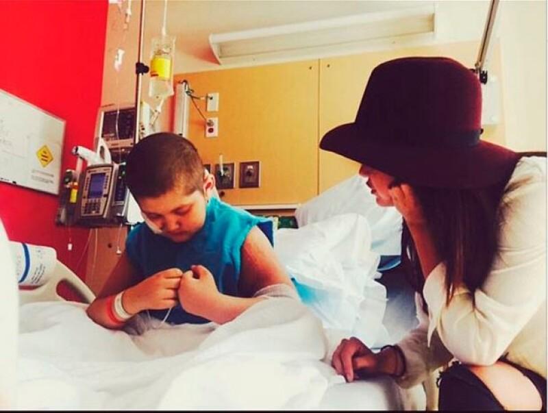 La cantante, que el pasado martes destacó por su gran estilo en una premier, ahora es noticia por su labor social: visitó el l Hospital de Niños de Los Ángeles.