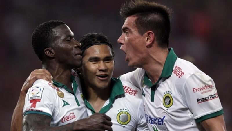 Los jugadores de León celebran un triunfo valioso en Brasil