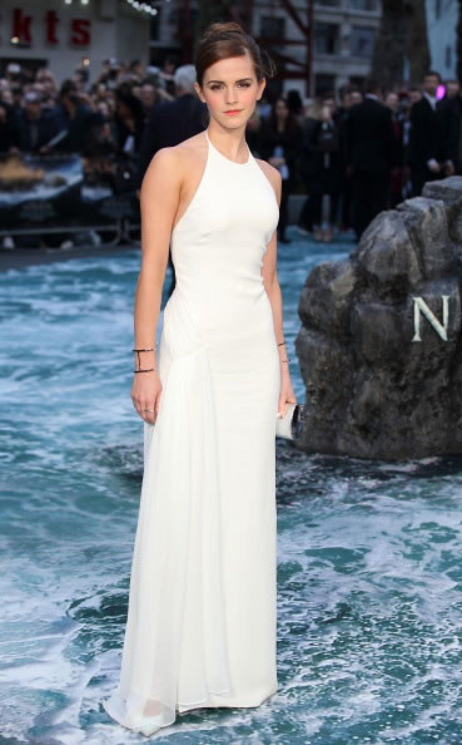 Breathtaking es la palabra para describir el look de la actriz en la premiere de Noah en Londres, quien optó por un diseño blanco de Ralph Lauren en seda.
