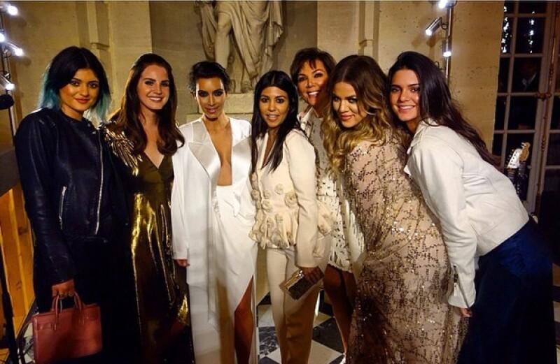 Las hermanas Kardashian, Jenner y la matriarca del clan, Kris, aprovecharon la ocasión para tomarse la foto del recuerdo con Lana del Rey, quien cantó tres canciones en la exclusiva fiesta.