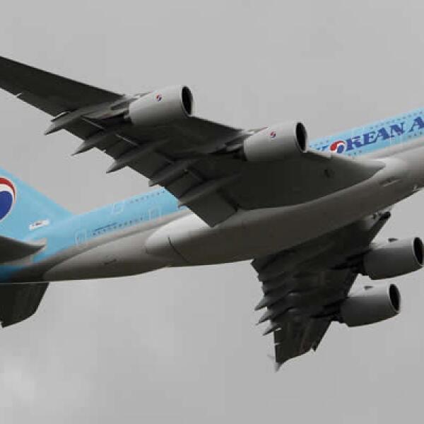 Un Airbus A380 de Korean Airlines, el mayor avión comercial del mundo, participa en una exhibición de vuelo en el aeropuerto Le Bourget, cerca de París.