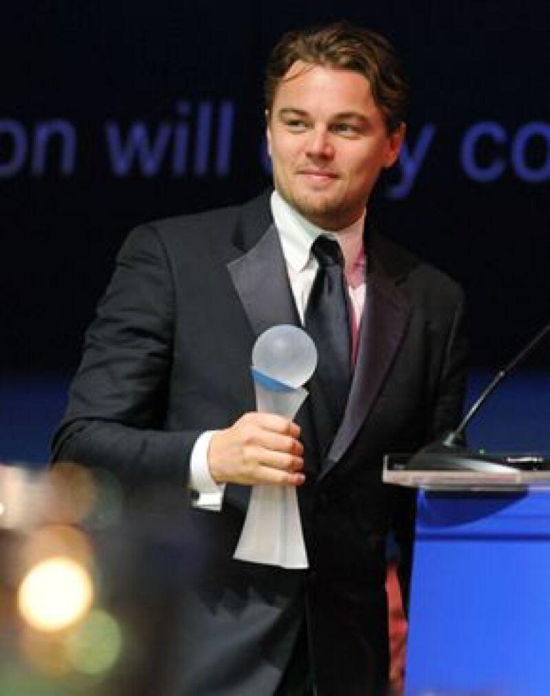 El actor recibió de manos del ex lider soviético un galardón en la Berlinale por su compromiso con el medio ambiente por su documental ecológico The 11th Hour.