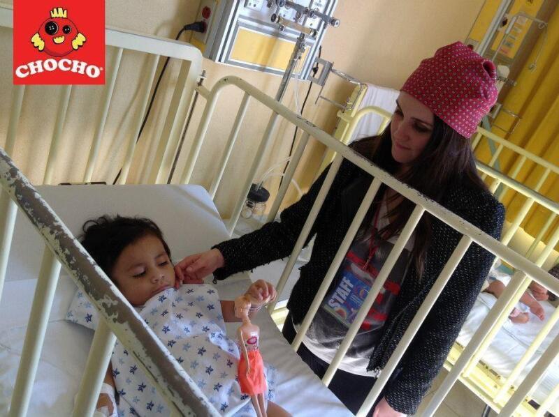 """La cantante y actriz visitó a niños que padece esta enfermedad, a quienes repartió juguetes, y destacó que es """"increíble la fortaleza que tienen""""."""
