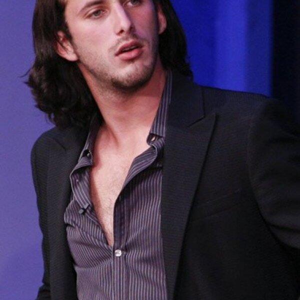 Sebastián Zurita comienza a probarse en diversas áreas como el teatro, series y telenovelas.