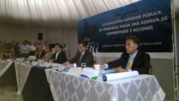 Los candidatos coincidieron en otorgarle a la universidad más autonomía financiera. El candidato del PRI, Héctor Yunes Linares no asistió al foro.