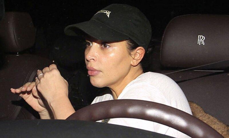 Después de visitar al dermatólogo, Kim se dejó ver con la cara lavada. Y en definitiva, sin contour, es prácticamente otra persona.