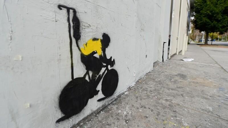 un graffiti que representa a armstrong recibiendo una transfusion