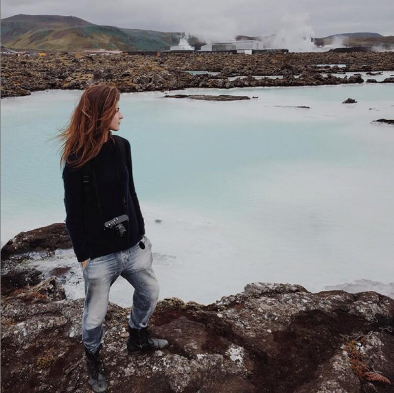 Yaya Kosikova al pie de la famosa Laguna Azul de Islandia.