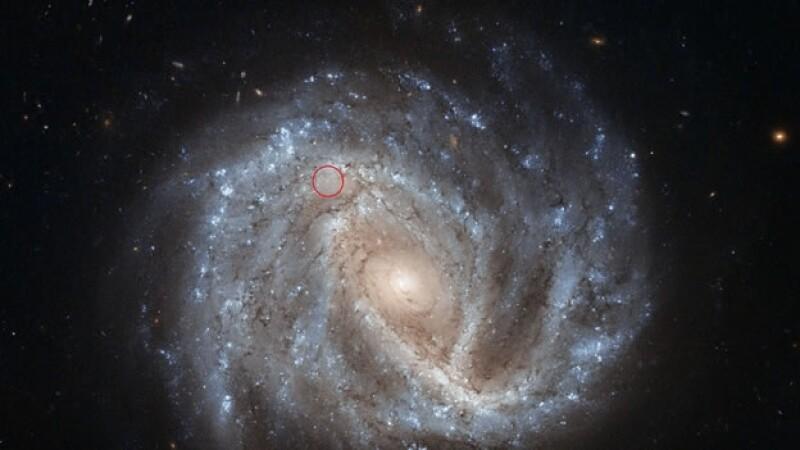 La galaxia de espiral brillosa de la foto de arriba es conocida como NGC 2441, localizada en la constelación norte de Camelopardalis (La Jirafa
