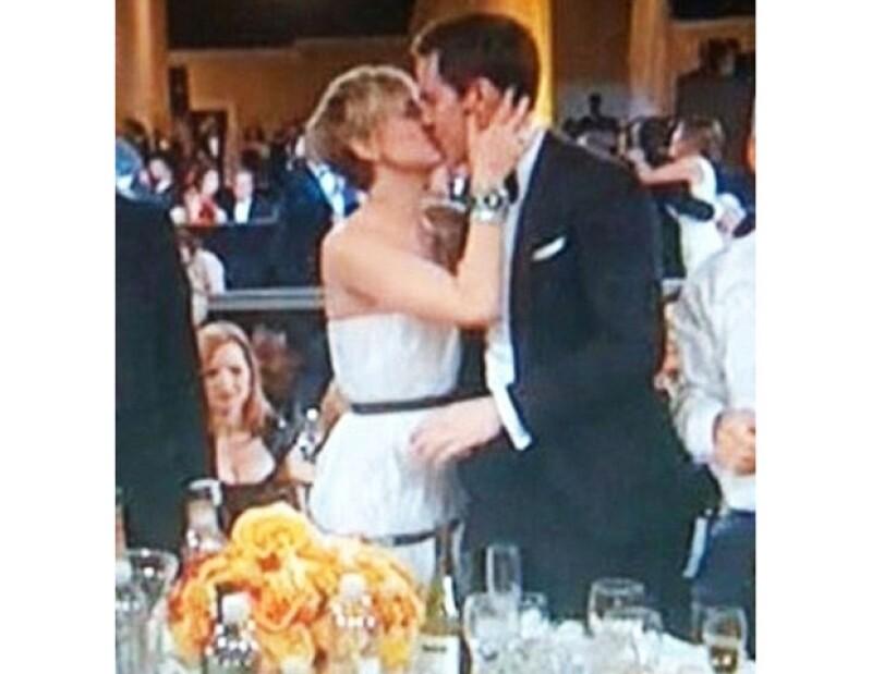 Lo primero que hizo la joven después de anunciarse que se ganó el premio a Mejor Actriz de Reparto, fue besar a su novio Nicholas Hoult.