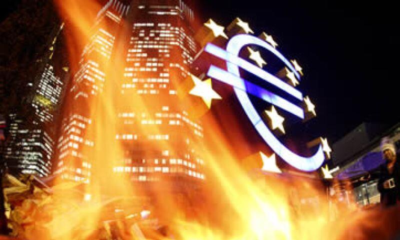 El euro ha fracasado. La mejor opción para los miembros de la eurozona es desregular radicalmente sus mercados y disfrutar la flexibilidad de sus propias monedas. (Foto: AP)