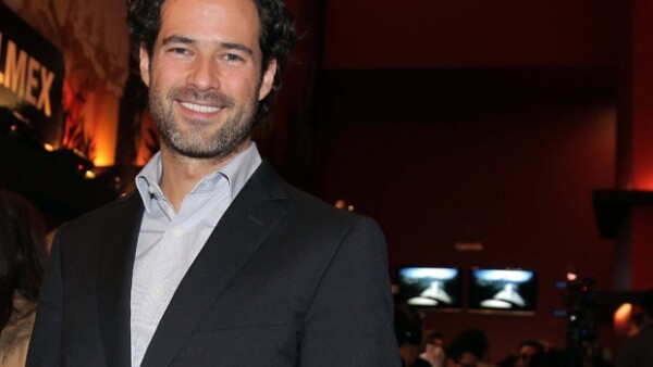 Emiliano lució muy sonriente a su llegada al estreno de la obra Espejos a donde acudió para apoyar a su novia Ludwika Paleta.