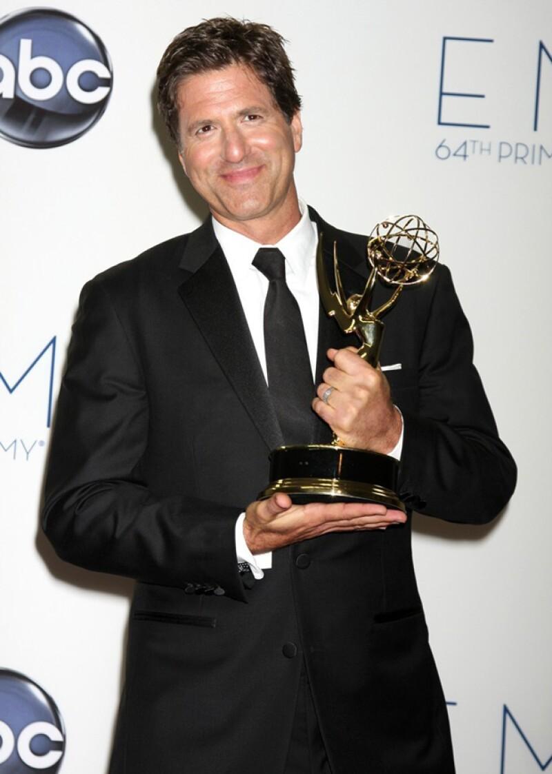 Steve Levitan, orgulloso con uno de sus Emmys.
