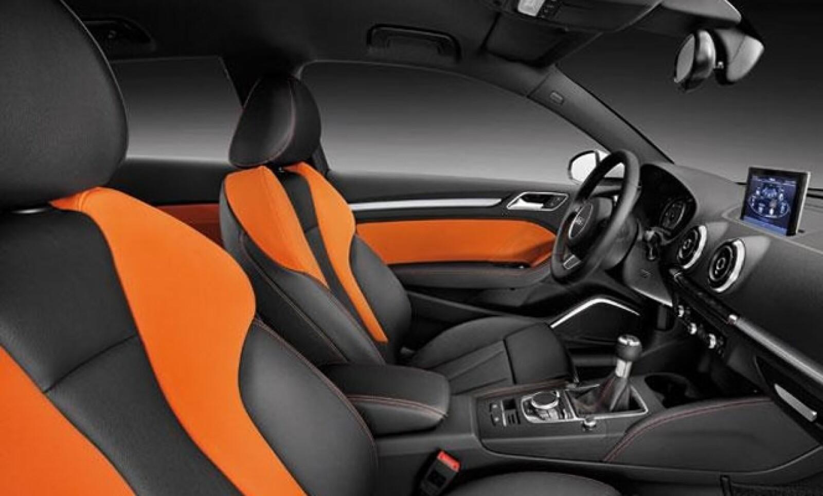 En el interior se aprecia un rediseño completo y más elegantes gracias a las incrustaciones y terminaciones en distintos materiales.