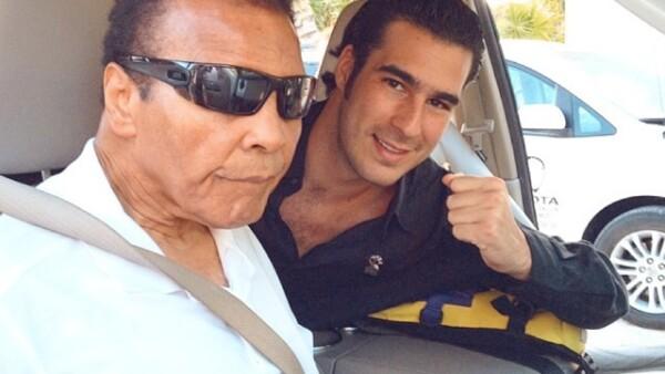 El hijo de Miguel Torruco Marqués, Secretario de Turismo, aparece aquí junto al legendario boxeador estadounidense Muhammad Ali.