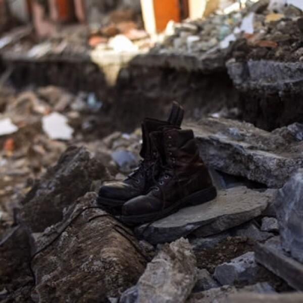botas sobre escombros