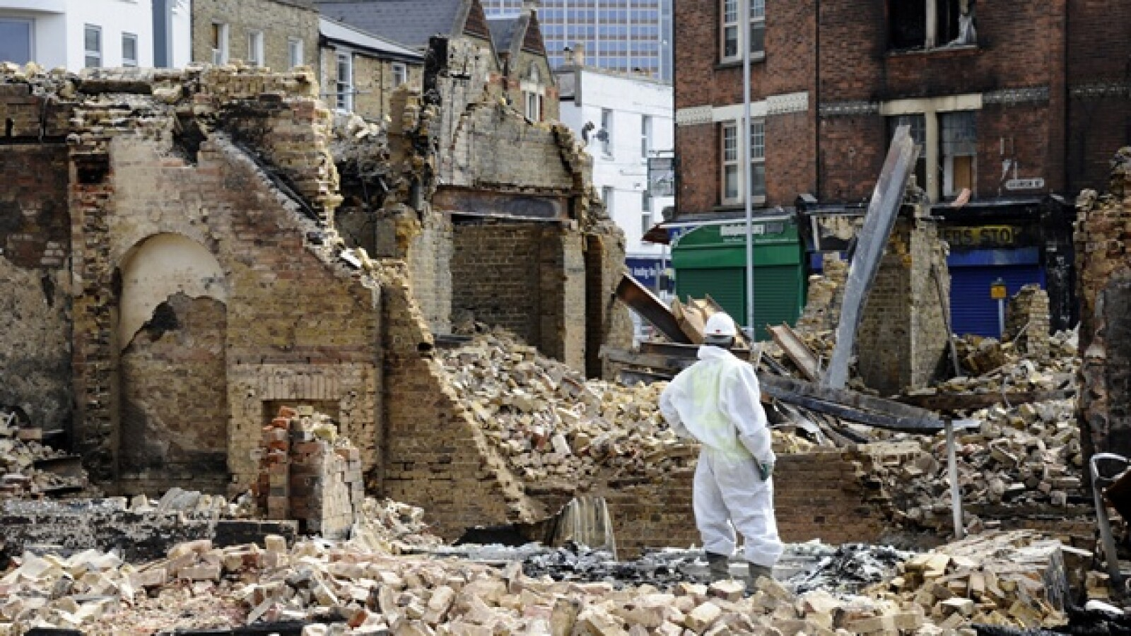 Un trabajador observa los restos de la tienda muebles Reeves