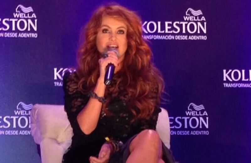 """Sin duda la transformación de la que la cantante venía anunciando hace algún tiempo ha llegado. Tras años conocida como la """"chica dorada"""" ahora tiñe su pelo de rojo."""