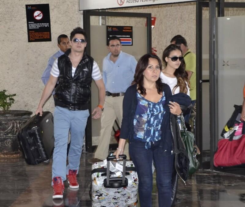 Danna Paola y Eleazar a su llegada al aeropuerto.