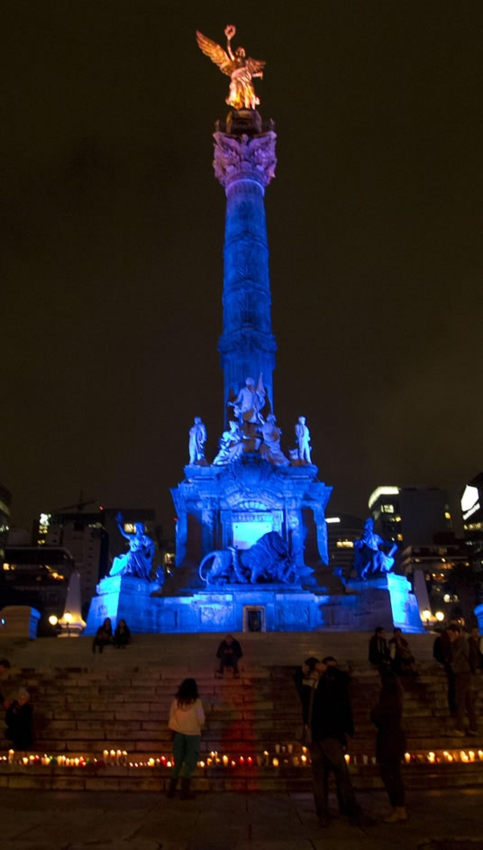 Al pie del Ángel de la Independencia, algunas de las veladoras en una 'Luz para México'