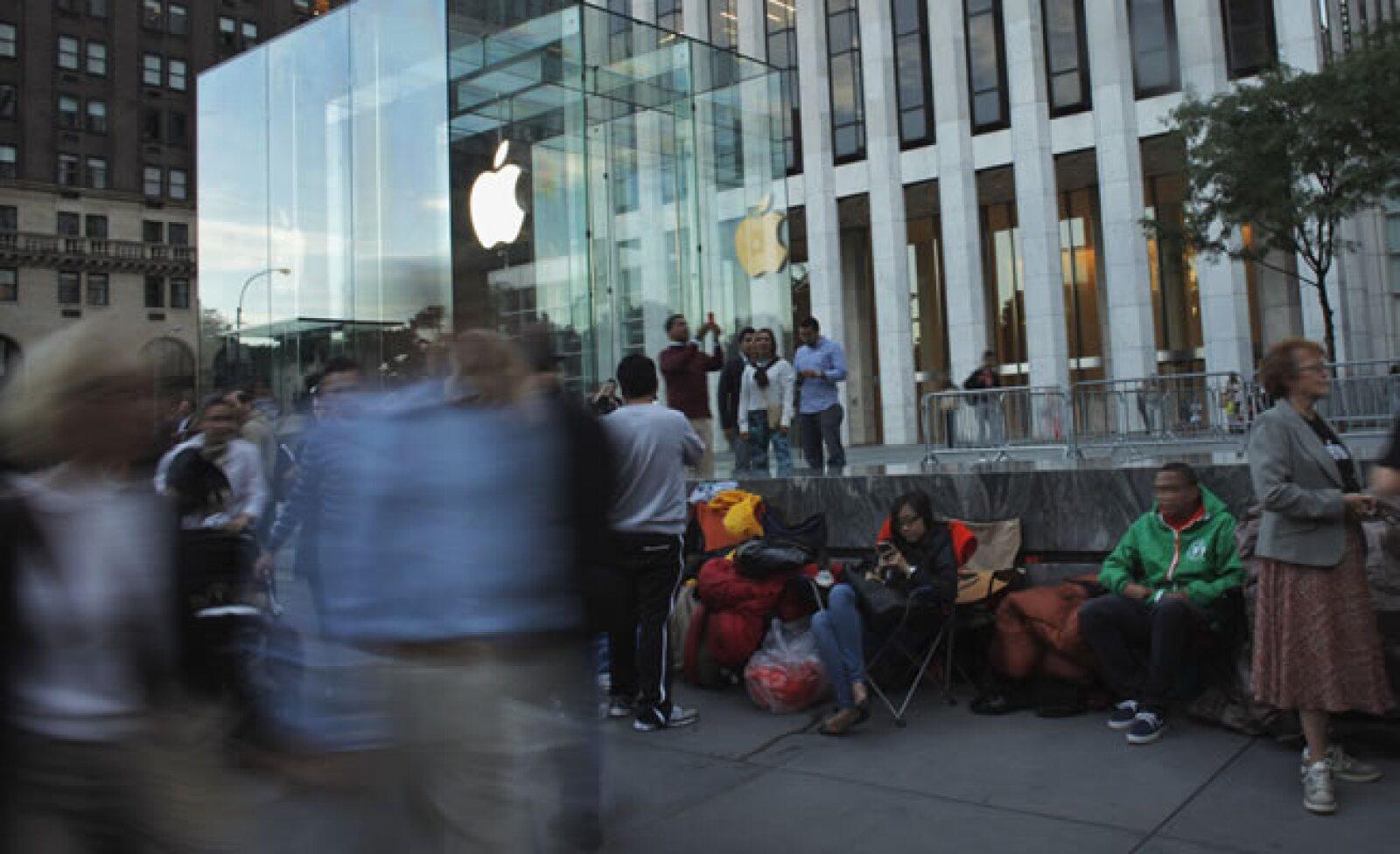 Clientes en Estados Unidos también hacen filas para adquirir el nuevo móvil de la tecnológica.
