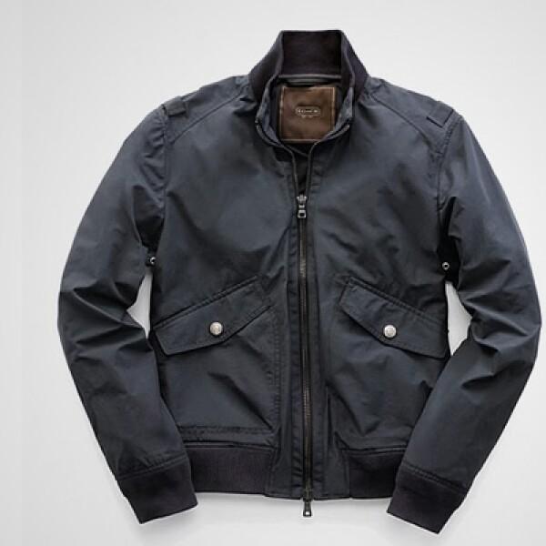 Una chaqueta con interior en lana y color azul marino, un modelo clásico de la firma.