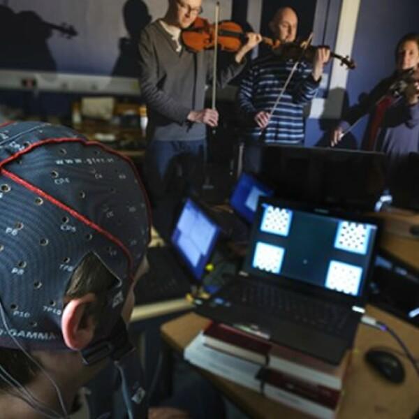 El músico Eduardo Miranda creó un laboratorio musical con ayuda de la Universidad de Plymouth que da una 'voz musical' a personas con parálisis