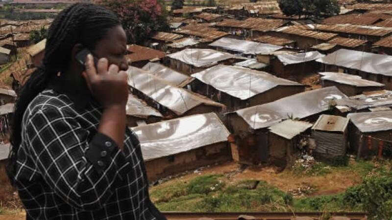 Una mujer habla por celular en África