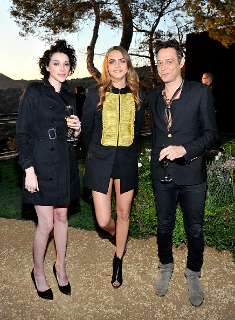 La pareja acompañadas del músico Jamie Hince en el evento London in LA, de Burberry.