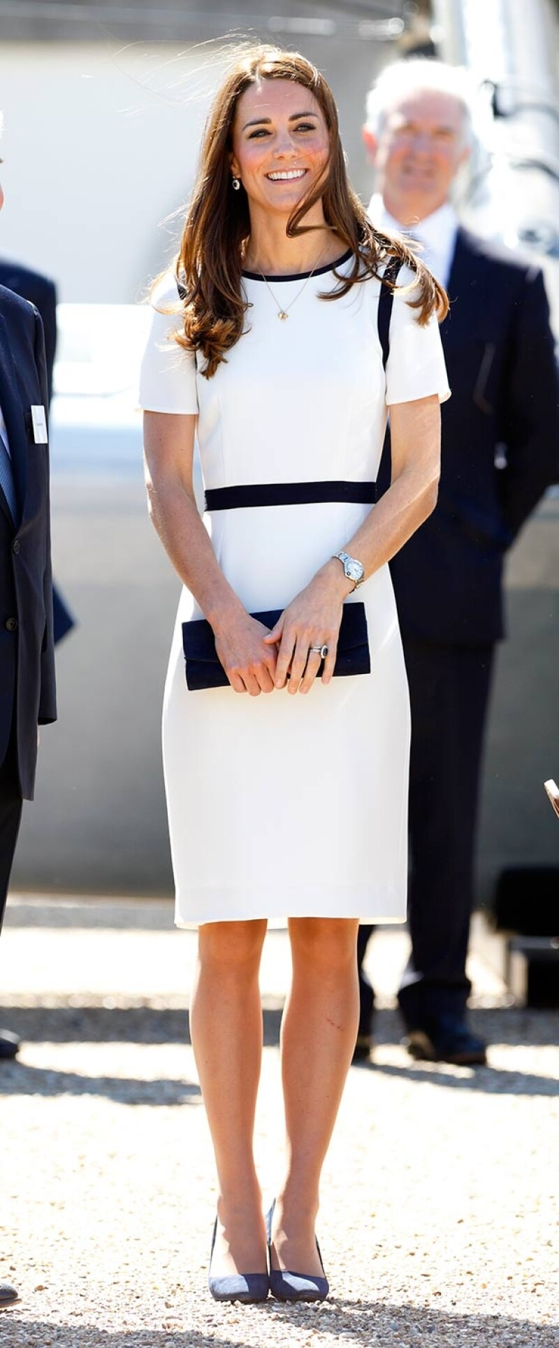 Acertadamente, la mamá del príncipe George combinó el vestido blanco con franjas azules en la cintura, el cuello y las mangas con un par de zapatos de Alexander McQueen en marino.