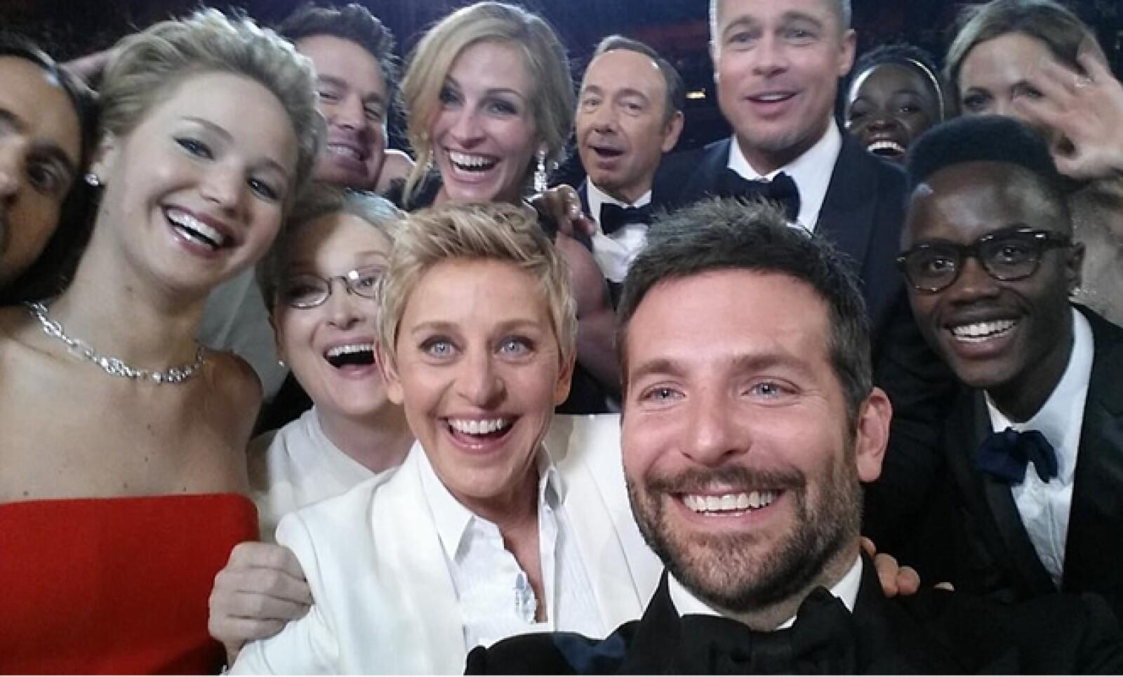 La foto original, que desató la moda por las 'selfies'. En la imagen salen actores como Bradley Cooper, Brad Pitt, y Kevin Spacey.
