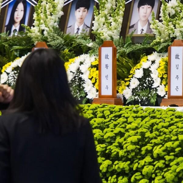 Familiares contemplan el altar de sus seres queridos caídos durante el incidente en Corea del Sur