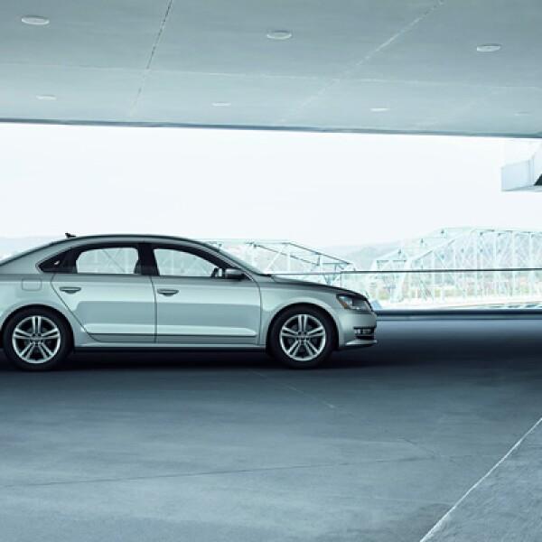 El vehículo se ofrecerá en México con dos motores: el primero de ellos es el 2.5 litros de cinco cilindros, que entrega una potencia de 170 caballos de fuerza (hp). La segunda opción ofrece un motor VR6 de 3.6 litros que otorga  una potencia de 280 hp.